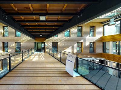 Entrée Centre d'affaires lorient mer La Base bâtiment bois escalier fenêtre lumière soleil location de bureaux à louer domiciliation entreprise salle réunion coworking