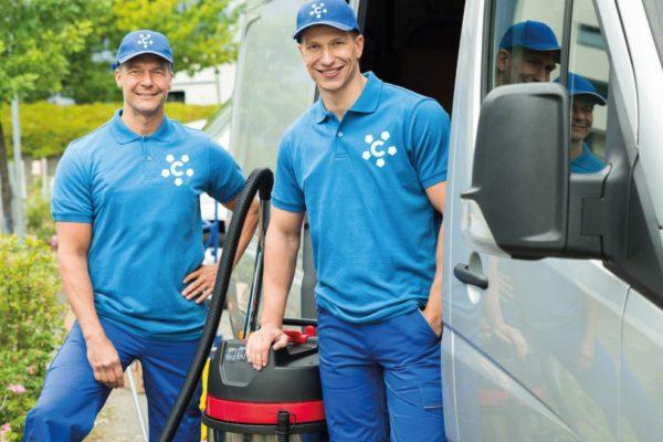 Équipe Corser deux hommes en bleu travailleurs nettoyeurs entreprise nettoyage propreté locaux professionnel domiciliation installation au Centre d'affaires lorient mer