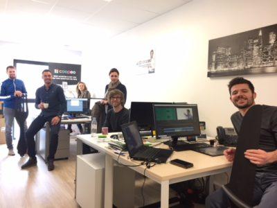 Équipe Coopéo bureaux team souriants travail ordinateur ensemble location à louer salle réunion domiciliation commerciale Centre d'affaires lorient mer