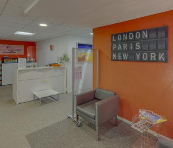 Accueil entrée immeuble murs orange cadres tableaux salle réunion bureau location coworking domiciliation bureaux Bretagne Centre d'affaires Lorient mer