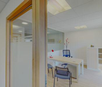 Bureau privatif lumineux table fauteuil plante blanc location à louer entreprise autoentrepreneur coworking salles réunion Centre affaires lorient mer