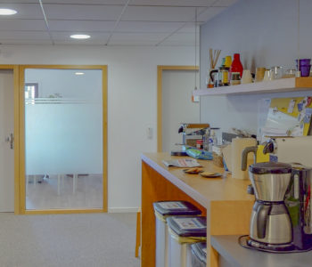 Salle de pause café déjeuner repos détente espace commun coworking collaborateurs équipe autoentrepreneur bureaux à louer location réunion visioconférence Centre d'affaires lorient mer