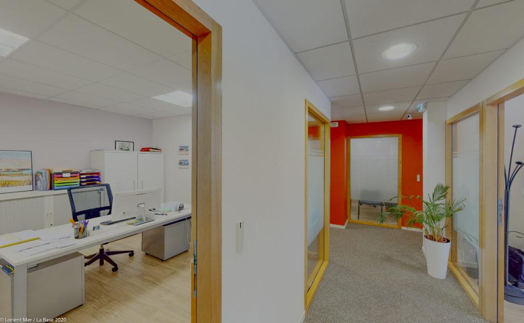 Intérieur centre affaires Lorient mer couloir bureau coloré plante location de bureaux à louer salles réunion domiciliation entreprise coworking