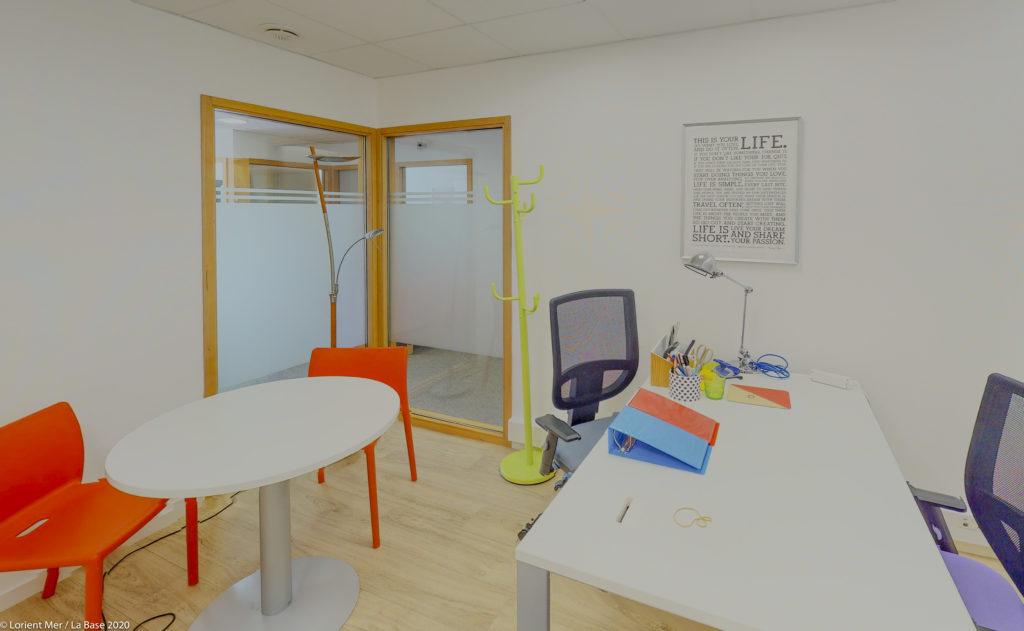 Bureau individuel tables chaises fauteuil décoration coloré bureaux location à louer salles réunion domiciliation commerciale entreprise coworking travail Centre d'affaires lorient mer