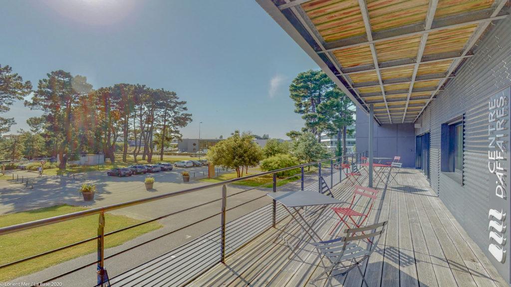 Terrasse centre d'affaires Lorient mer bois soleil nature arbres pelouse mer chaises fauteuils bien-être pause repos entreprise travail coworking autoentrepreneur