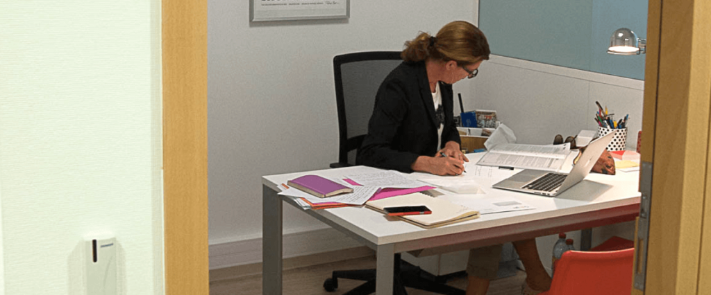 Femme travaille bureau papier document entreprise business location bureaux à louer salle réunion domiciliation Centre affaires lorient mer