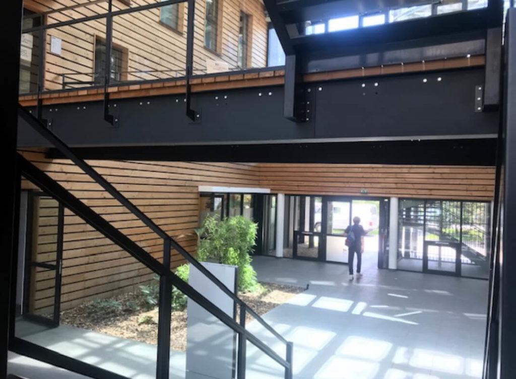 Entrée hall accueil centre affaires lorient mer bâtiment bois lumineux Lorient la base