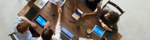 Réunion équipe autour table ordinateurs brainstorming team work location bureaux salles réunion Centre affaires lorient mer