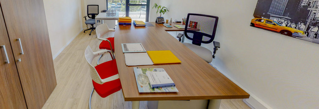 Bureau bois fauteuil chaise décoration location bureaux à louer salles de réunion domiciliation commerciale entreprise coworkingCentre d'affaires Lorient mer