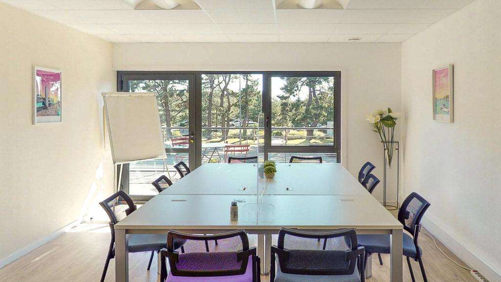 Salle réunion table chaises paperboard vue nature mer bureau lumineux blanc décoration bureaux à louer salles de réunion domiciliation commerciale Centre d'affaires lorient mer