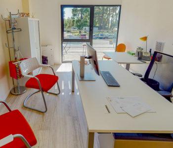 Bureau individuel privatif fauteuil chaise vue arbres nature soleil lumineux location bureaux à louer salle réunion coworking entreprise Centre d'affaires Lorient mer