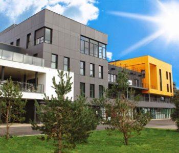 Centre d'affaires Lorient mer immeuble jaune soleil La Base terrasses bureaux salles location à louer domiciliation travail équipe