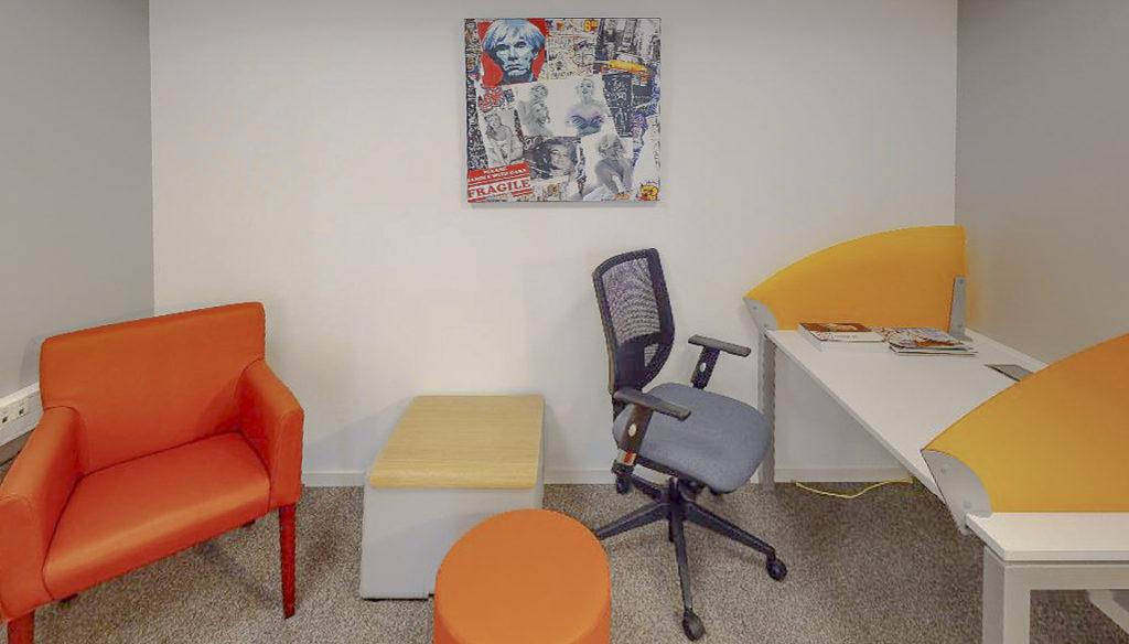 Coin repos détente fauteuil décoration coworking bureaux partagés location à louer bureau salles réunion domiciliation entreprise Centre d'affaires Lorient mer
