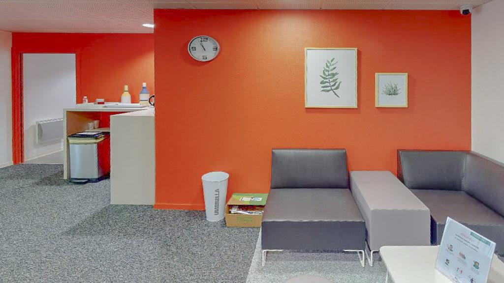 Entrée salle attente accueil murs orange tableaux fauteuils travail entreprise location à louer salle réunion coworking domiciliation bureaux Centre affaires Lorient mer