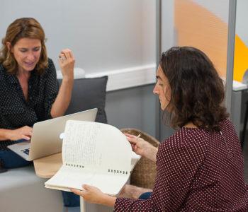 Coworking deux femmes travail ensemble équipe bureaux partagés location à louer salle réunion domiciliation commerce entreprises Centre d'affaires Lorient mer