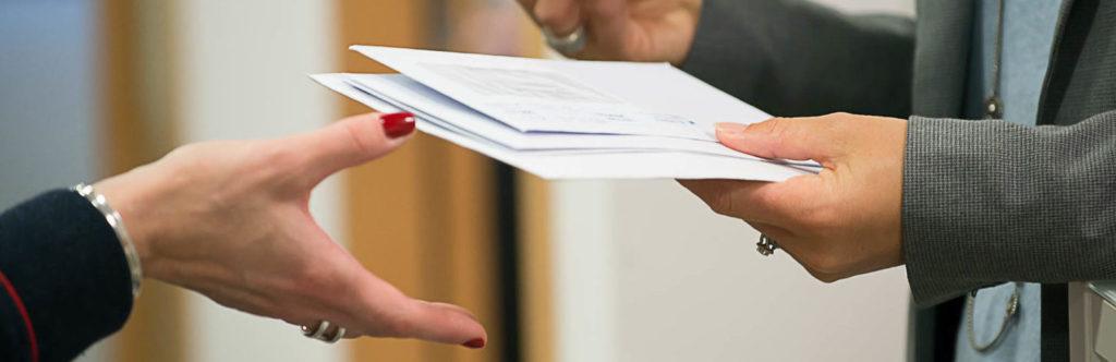 Enveloppes mains femme courrier entreprise boîte aux lettres réception expédition domiciliation commerciale location de bureaux à louer salle de réunion Centre d'affaires lorient mer