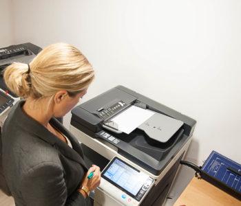 Femme photocopieuse travail matériel reprographie scanner brocheuse salle réunion bureau location coworking domiciliation bureaux Bretagne Centre d'affaires Lorient mer