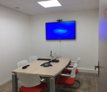 Salle visio visioconférence télévision équipement télétravail paperboard bureau location coworking domiciliation bureaux Bretagne Centre d'affaires Lorient mer