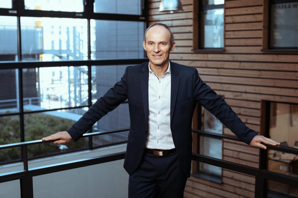 Photo portrait Stéphane Fargeas dirigeant MENIRH solutions ressources humaines au Centre d'affaires lorient mer location bureaux entreprise Bretagne